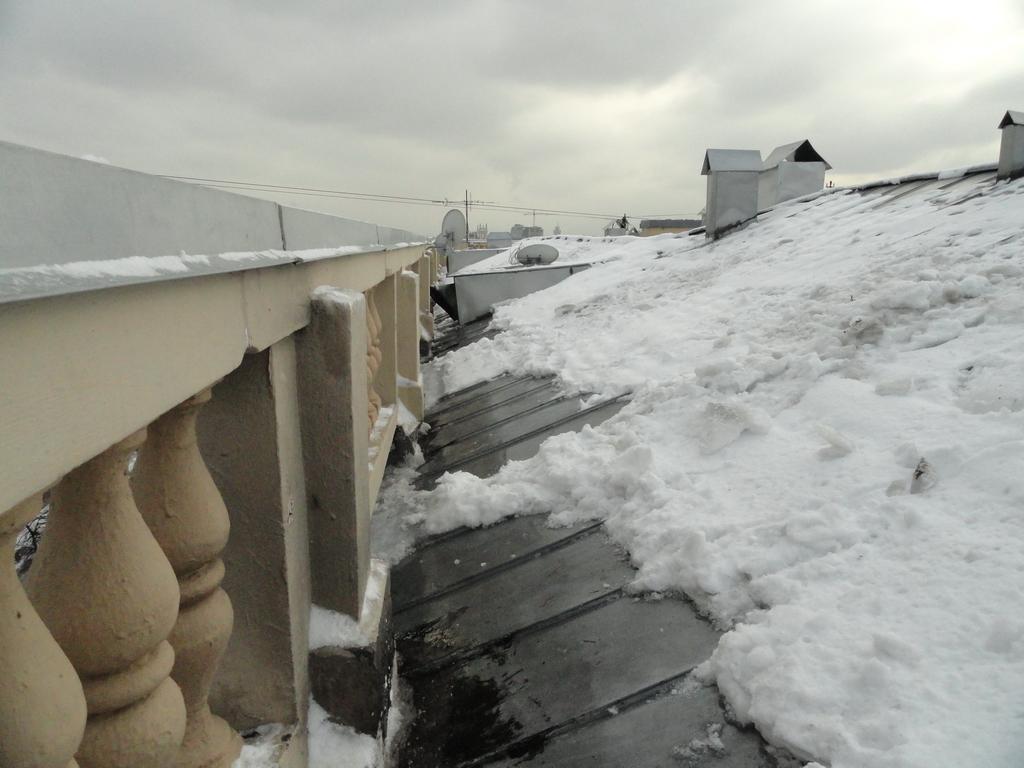 Чистка крыши от снега альпинистами